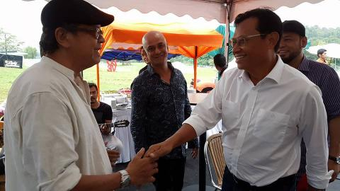 Menteri Pertanian dan Industri Asas Tani Datuk Seri Ahmad Shabery Cheek (kanan) bersalaman dengan Yazid Search