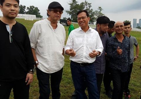 Menteri Pertanian dan Industri Asas Tani Datuk Seri Ahmad Shabery Cheek (tiga dari kiri) menerangkan sesuatu pada Yazid Search (dua dari kiri).