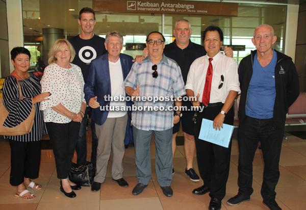 Evans (tiga kiri) bersama Hunter (tiga kanan) dan Alan Vest (tengah) tiba di Lapangan Terbang Antarabangsa Kuching semalam.