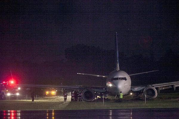 Anggota bomba dan pegawai lapangan terbang memeriksa pesawat Boeing 737-800 Garuda Indonesia selepas ia terbabas dari landasan ketika ia                      mendarat dalam hujan lebat di Lapangan Terbang Antarabangsa Adisutjipto di Yogyakarta kelmarin. — Gambar Antara/Reuters