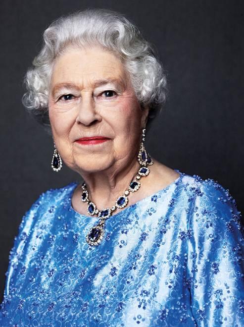 Elizabeth II memakai set barangan kemas bertatahkan nilam dan berlian hadiah ayahandanya Raja George VI dalam gambar rakaman David Bailey pada 2014 serahan Istana Buckingham baru-baru ini . — Gambar Reuters