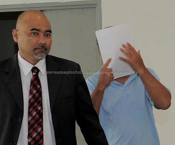 Mohd Taha (kanan) didakwa di Mahkamah Sesyen semalam atas sembilan pertuduhan menyimpan pelbagai spesies hidupan liar dilindungi termasuk seekor harimau belang, kucing batu dan burung helang merah di Kajang, semalam. — Gambar Bernama