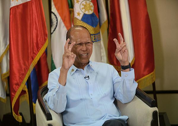 Lorenzana ditemu bual di pejabat kementerian pertahanan di Manila, kelmarin. — Gambar AFP