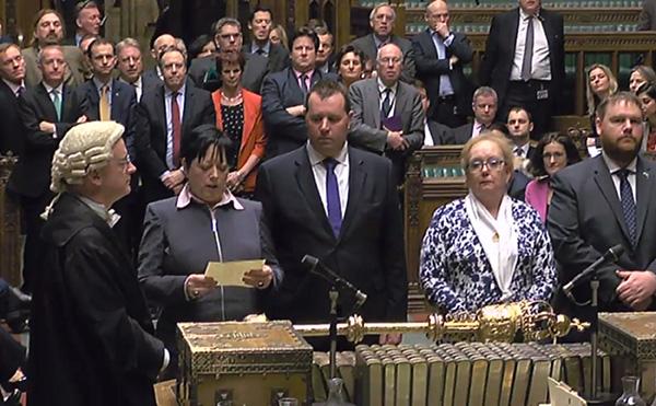 Gambar pegun daripada imej disiar oleh Unit Rakaman Parlimen UK (PRU) menunjukkan MP Konservatif              Britain Jackie Doyle-Price (dua kiri) membaca keputusan undian utama ke atas Pemberitahuan EU bagi Rang Undang-undang               Pengunduran kepada anggota Parlimen di Dewan Rakyat di tengah London, kelmarin. — Gambar AFP