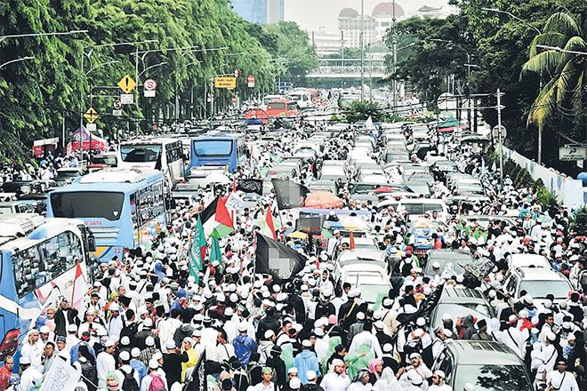 Jakarta dibanjiri peserta rapat umum Muslim Indonesia, semalam menjelang pilihan raya gabenornya minggu depan. — Gambar AFP