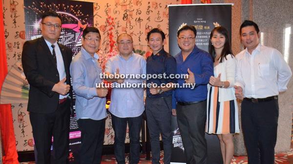 Wong (empat kanan) dan Kam (dua kiri) bersama ahli jawatankuasa penganjur pertandingan tersebut ketika sidang media yang diadakan di Kuching baru-baru ini.