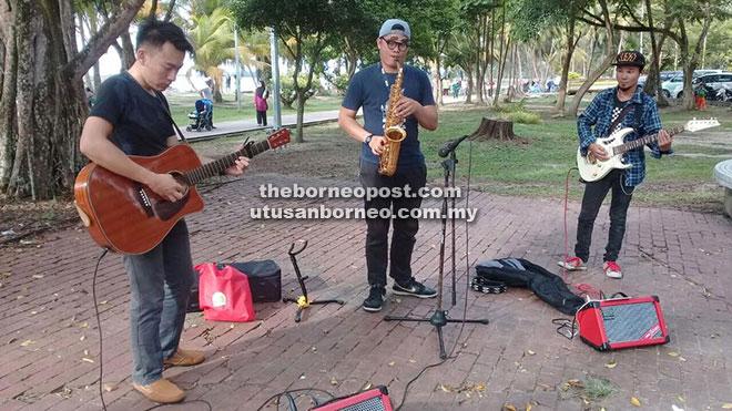 Ahli-ahli Bintulu Buskers mengadakan persembahan di Pantai Tanjung Batu.