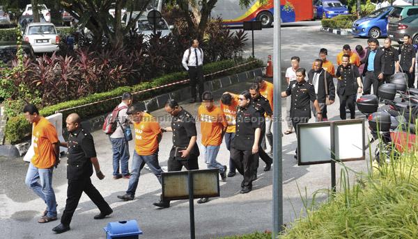 Anggota Suruhanjaya Pencegahan Rasuah Malaysia (SPRM) membawa seramai 13 pegawai penguat kuasa yang terdiri daripada lapan anggota polis, empat anggota Bomba dan Penyelamat serta seorang penguat kuasa Majlis Perbandaran Kajang (MPKJ) bagi mendapatkan perintah reman atas tuduhan rasuah di Mahkamah Majistret Shah Alam semalam. — Gambar Bernama
