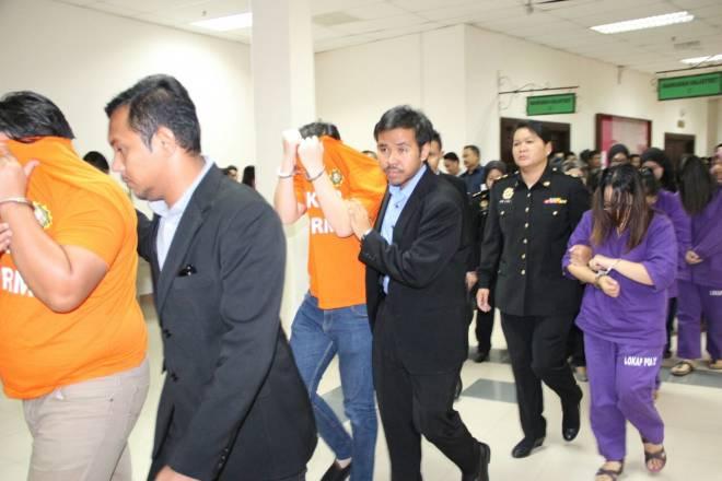 Pegawai-pegawai Imigresen Sarawak dibawa ke mahkamah bagi memohon perintah reman.