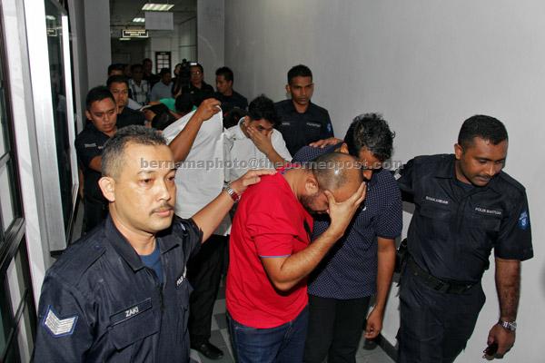 Antara 15 individu termasuk seorang wanita mengaku tidak bersalah di Mahkamah Sesyen di Johor Bahru semalam atas 43 pertuduhan menjalankan perniagaan pengiriman wang tanpa lesen membabitkan nilai hampir RM1 bilion, sejak 2012. — Gambar Bernama