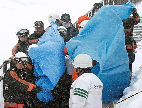 Pekerja penyelamat mengusung mangsa dari tempat kejadian berhampiran pusat peranginan ski di bandar Nasu, utara Tokyo dalam gambar rakaman Kyodo semalam. — Gambar Reuters
