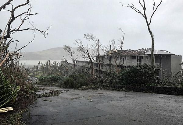 Pemandangan di sekitar pusat peranginan di Pulau Hamilton luar pantai timur Queensland, semalam selepas dibadai Siklon Debbie. — Gambar Reuters