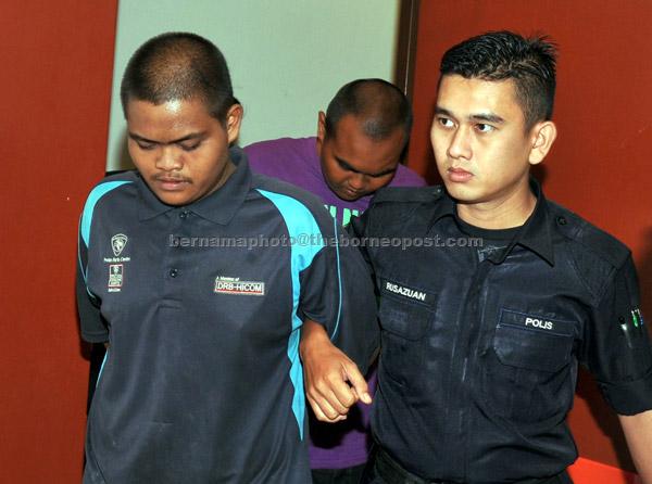 Dua sahabat Mohamad Aidilfitri (kiri) dan Muhammad Afiq dijatuhi hukuman penjara 10 tahun oleh Mahkamah Sesyen di Shah Alam semalam atas cubaan membunuh seorang wanita warga Indonesia dengan mencampaknya di Sungai Klang pada 6 Februari lepas. — Gambar Bernama