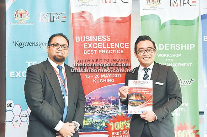 Griffith (kanan) dan Jerry menunjukkan buku panduan Lawatan Sambil Belajar Amalan Terbaik Kecemerlangan Perniagaan ke Jakarta, Indonesia yang pertama kali dianjurkan MPC Wilayah Sarawak pada 15 hingga 20 Mei nanti.