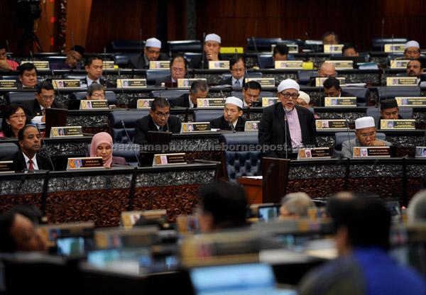 Abdul Hadi membentangkan Rang Undang-Undang Mahkamah Syariah (Bidang Kuasa Jenayah) 1965 atau RUU355 di Dewan Rakyat semalam. — Gambar Bernama