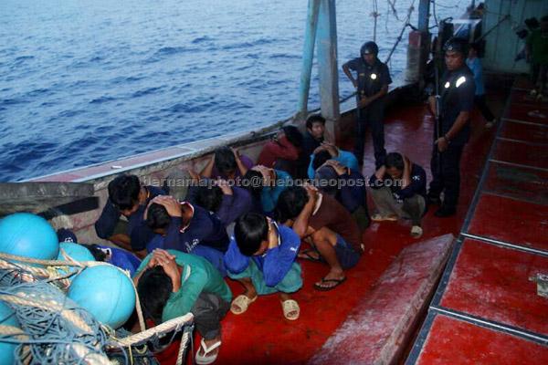 APMM menahan sebuah bot nelayan asing bersama seorang tekong dan 17 awak-awak kira-kira 27 batu nautika dari timur Pulau Tioman dekat Rompin petang kelmarin. — Gambar Bernama