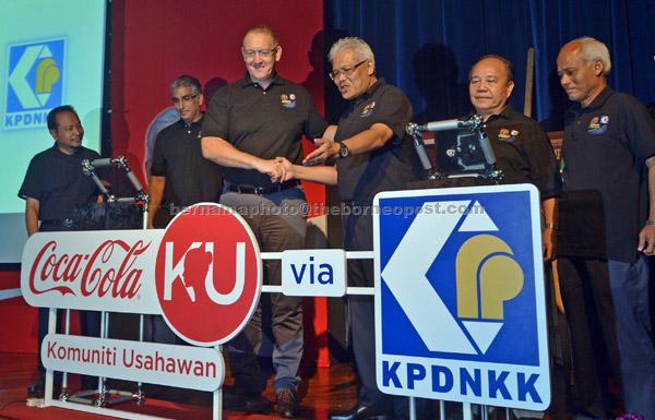 Hamzah (dua kiri) dan Ketua Pegawai Eksekutif Coca-Cola Bottlers (Malaysia) Sdn Bhd Stephen Lusk semasa melancarkan Program Keusahawanan Coca-Colaku bersama Kementerian Perdagangan Dalam Negeri, Koperasi dan Kepenggunaan (KPDNKK) di Putrajaya, semalam. — Gambar Bernama