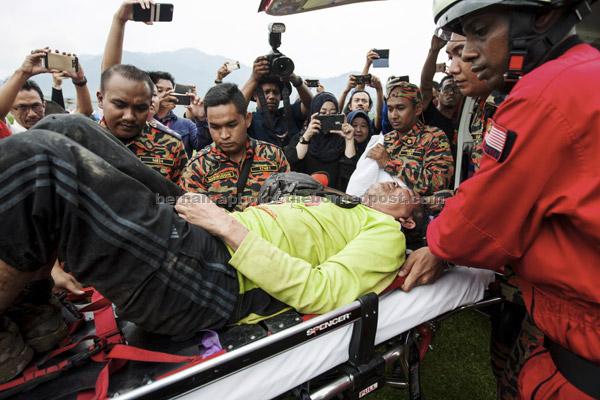 Mohd Rosely yang hilang ketika dalam penerbangan dari Bukit Batu Pahat ke Taman Millennium Kuala Kubu Bharu  dekat Kuala Kubu Bharu, kelmarin ditemui selamat pada 3.30 petang semalam. — Gambar Bernama
