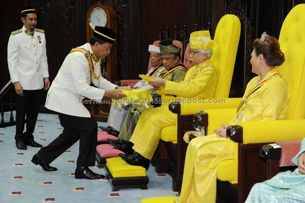 Tuanku Muhriz berkenan menerima Teks Titah Ucapan yang dipersembahkan Menteri Menteri Besar Datuk Seri Mohamad Hasan sempena Istiadat Pembukaan Persidangan Pertama Penggal ke-5 Dewan Undangan Negeri ke-13 semalam. — Gambar Bernama