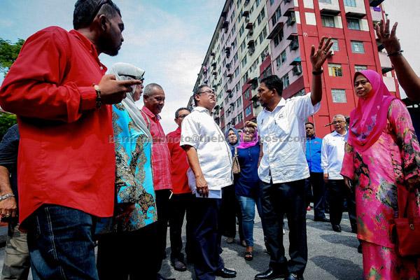 Noh (tengah) mendengar keluhan para penghuni Blok 6, Desa Mentari sewaktu lawatan rasmi ke perumahan tersebut di Petaling Jaya, semalam. — Gambar Bernama