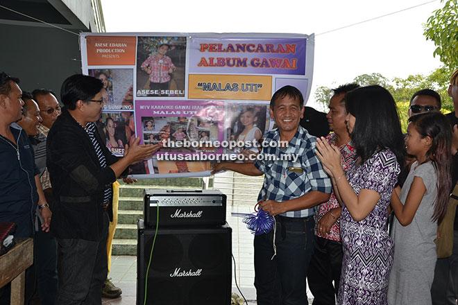 Chambai (empat kanan) disaksikan Sebeli (tiga kanan) serta yang lain ketika melancarkan Album Gawai 'Malas Uti'.