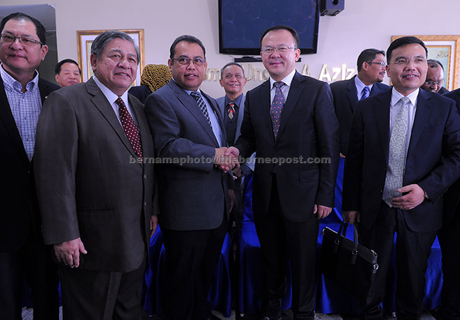 Abdul Fattah (depan tiga, kiri) bersalaman dengan Datuk Bandar Lanzhou Niu Xingdong (depan empat, kanan) selepas menerima kunjungan rasmi Datuk Bandar Lanzhou itu di Wisma Ungku Aziz di Petaling Jaya, semalam. — Gambar Bernama