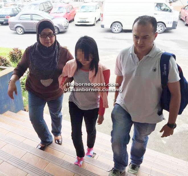 Suspek dibawa ke IPD Kuching untuk siasatan lanjut.