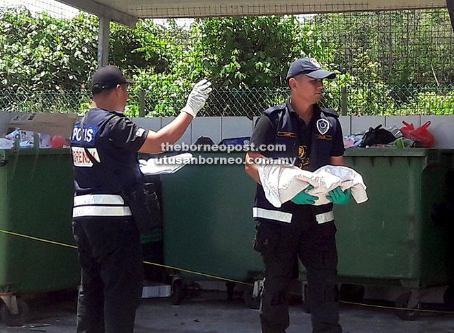 Kelihatan anggota forensik IPK Sarawak membawa bayi terbabit sebelum dihantar ke Unit Forensik HUS.