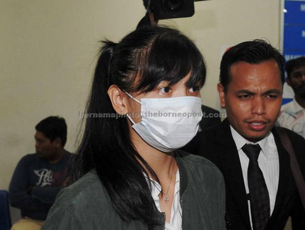 Sam bersama peguamnya keluar dari Mahkamah Trafik Johor Bahru selepas kesnya memandu secara melulu sehingga menyebabkan kematian lapan remaja berbasikal, Februari lalu, ditangguh pada 17 Mei ini untuk sebutan semula kes. — Gambar Bernama