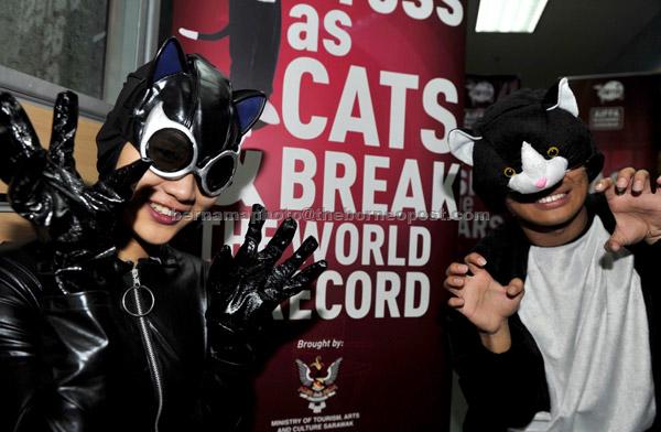 Dua model menggayakan kostum kucing selepas sidang media kelmarin mengenai acara pemakaian kostum kucing paling ramai untuk dicatatkan dalam Guiness Book World of Records sempena penganjuran Anugerah dan Festival Filem Antarabangsa Asean (Aiffa) 2017 di Kuching, pada 4 Mei ini. — Gambar Bernama