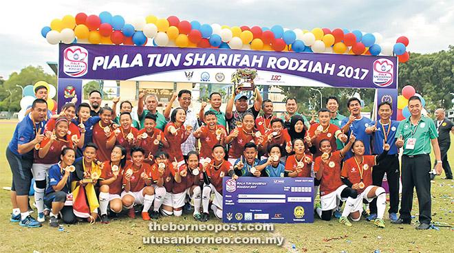 Abdul Karim (tujuh kiri, barisan belakang) bersama meraikan kemenangan Sarawak menjulang Piala Tun Sharifah Rodziah 2017 setelah menumpaskan Kedah 1-0 di Stadium Miri petang semalam.