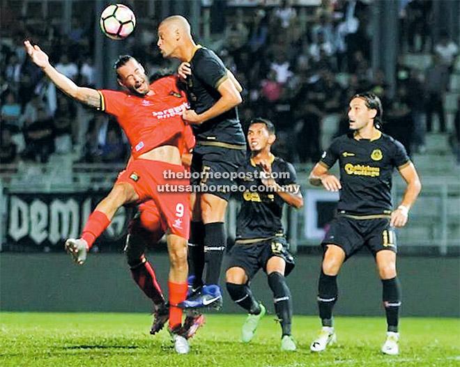 Penyerang import Sarawak, Mateo Roskam diasak barisan pertahanan Terengganu FA ketika aksi suku akhir kedua di Stadium Negeri Kuching malam kelmarin.