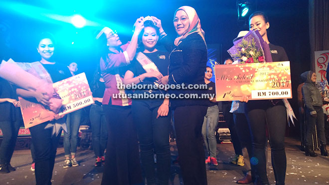 Jane (kiri) dan Hayati (kanan) sedang memakaikan tiara kepada Anasuziana (tengah) di majlis Miss Talent World Harvest Festival 2017.