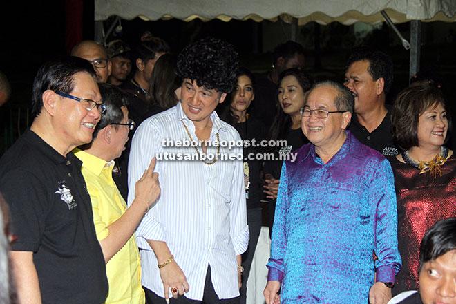 Uggah tercuit dengan perbualan lucu bersama Phua Chu Kang serta Menteri Kerajaan Tempatan Datuk Dr Sim Kui Hian (dua kiri) dan Lee (kiri).