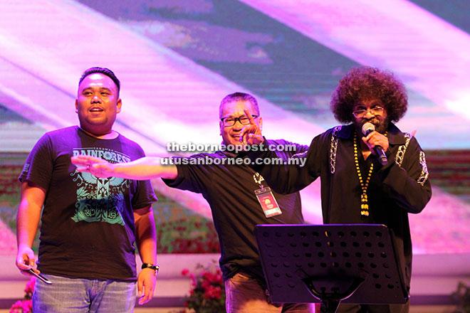 Datuk David Arumugam (kanan) menyanyikan beberapa  buah lagu hitsnya ditemani oleh dua orang peminat.