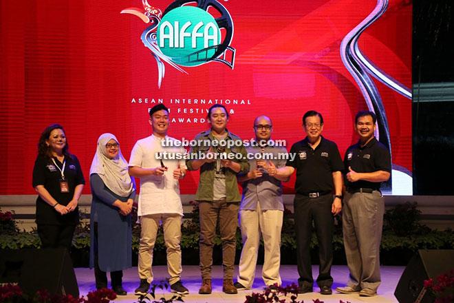 Lee (dua kanan) merakamkan gambar bersama para pemenang pertandingan filem pendek 'Young Cuts Sarawak' sempena AIFFA 2017 pada Khamis lepas. Turut kelihatan Ik (kanan) dan Livan (kiri).