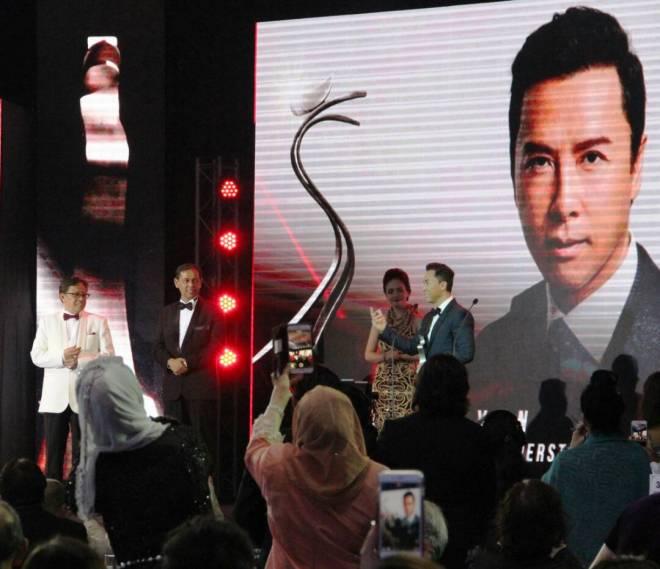 Donnie (kanan) menerima Anugerah Inspirasi Asean AIFFA 2017 daripada Abang Johari (kanan).