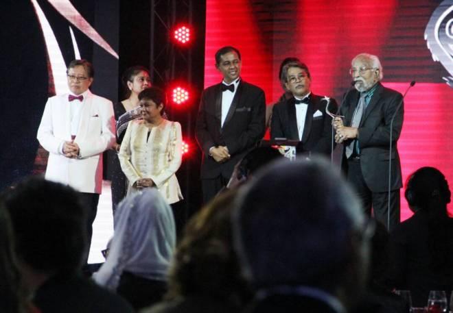 Tan Sri Lakshmanan (kanan) menyampaikan ucapan selepas menerima Anugerah Pencapaian Seumur Hidup AIFFA 2017 daripada Abang Johari (kiri).