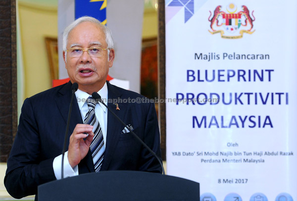 Najib menyampaikan ucapan pada majlis pelancaran Blueprint Produktiviti Malaysia di Bangunan Perdana Putra semalam. — Gambar Bernama