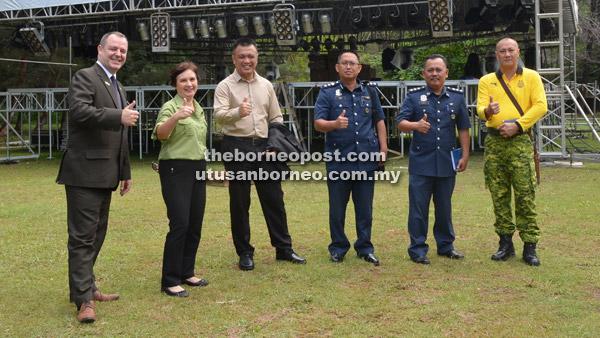 Angelina (dua kiri) bersama Pengurus Besar Parkcity Miri, Andrew Law dan yang lainnya, di hadapan pentas BJF.