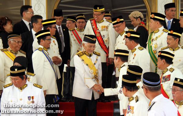 Tun Taib diiringi Abang Johari bersalaman dengan ADUN sebelum sesi bergambar sempena Majlis Istiadat Pembukaan Persidangan Pertama Penggal Kedua DUN Sarawak Ke-18, semalam.