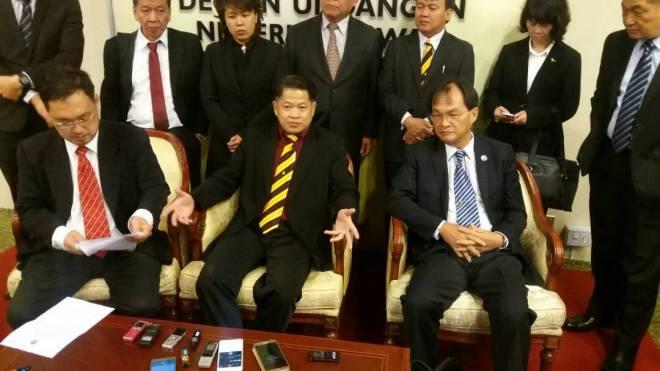 Dr Ting (duduk tengah) kecewa dengan keputusan Speaker DUN meluluskan usul bagi membatalkan kelayakanya sebagai ADUN Pujut hari ini. Turut kelihatan Pengerusi DAP Negeri, Chong Chieng Jen (kiri), Pengerusi PKR Negeri, Baru Bian (kanan) serta pemimpin pembangkang yang lain.