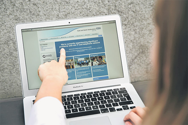 Hertfordshire Timur dan Utara yang memaklumkan kepada para pengguna mereka mengenai masalah dalam rangkaiannya, di London kelmarin. — Gambar AFP