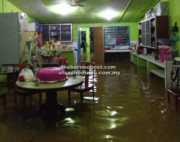 Keadaan sebuah rumah di Long Laput yang dimasuki air.