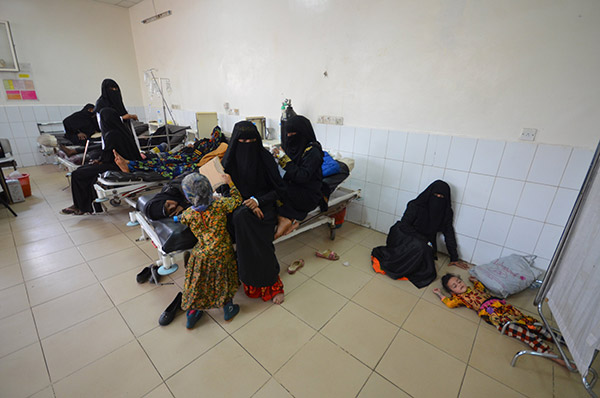Seorang kanak-kanak perempuan yang dijangkiti taun terlantar di atas lantai salah sebuah hospital di bandar pelabuhan Laut Merah Hodeidah, kelmarin. — Gambar Reuters