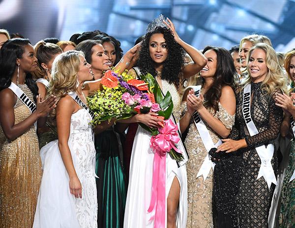 McCullough diraikan rakan-rakan peserta yang lain sejurus dimahkotakan sebagai Miss USA 2017 di Las Vegas, Nevada kelmarin. — Gambar Reuters
