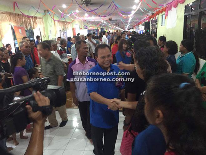 APA KHABAR?: Entulu bersalam dan beramah mesra dengan pengunjung yang hadir pada program Sehati Sejiwa di Rumah Jangit Lanting di Selangau.
