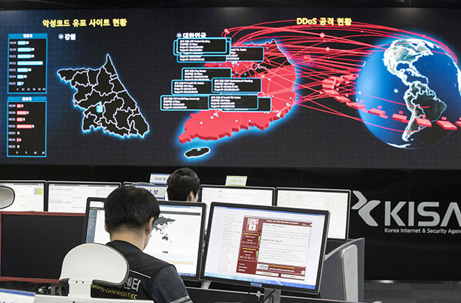 Kakitangan memantau penularan serangan siber 'WannaCry' di pusat KISA di Seoul, kelmarin. — Gambar AFP