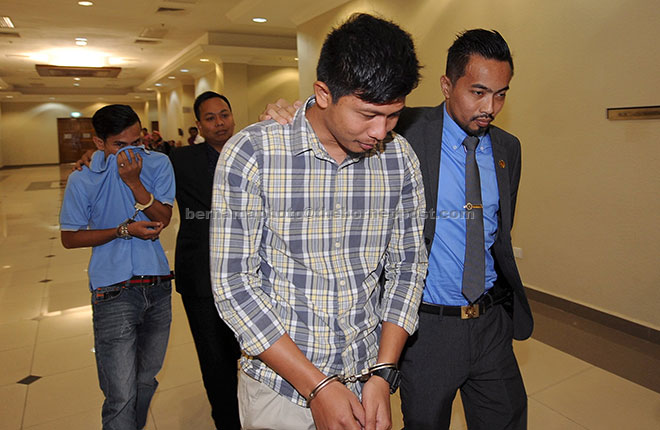 Penyelia kad minyak Prasarana Malaysia Berhad Mohd Khairul (kiri) bersama adiknya Mohd Khairul semalam mengaku tidak bersalah di Mahkamah Sesyen terhadap sembilan pertuduhan pecah amanah salah guna kad minyak milik syarikat Rapid Bas Kuantan pada Mei tahun lepas. — Gambar Bernama