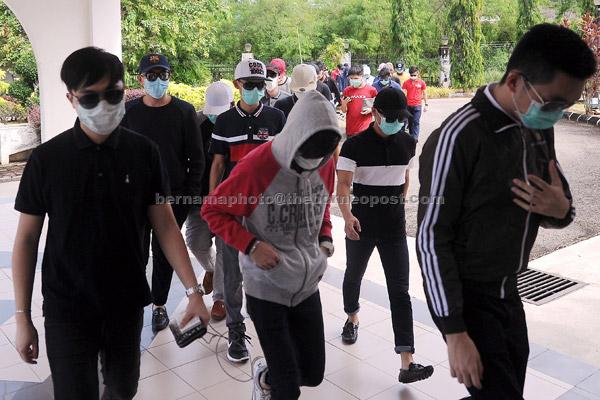 Sebahagian daripada 35 tertuduh berusia antara 19 hingga 23 tahun, hadir ke Mahkamah Bentong atas dakwaan berkelakuan lucah di tempat awam, Bentong, semalam.  — Gambar Bernama